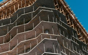 Prace budowlane na wysokości – jak zapewnić bezpieczeństwo pracownikom?
