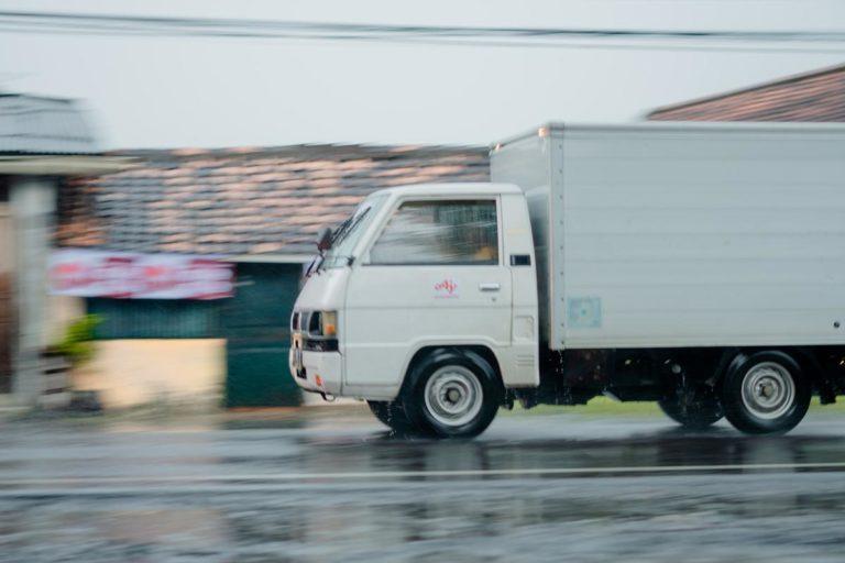 Jakie są korzyści z wynajmu samochodów ciężarowych dla firmy
